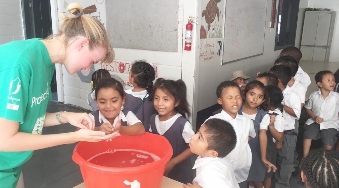 ベリーズの子供たちへの手洗い指導にあたる公衆衛生インターン